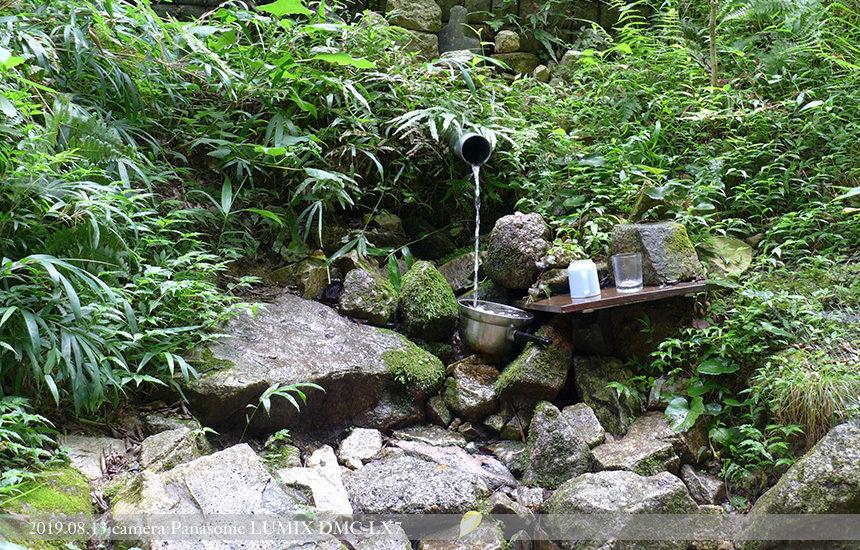 登り口までの道途中にある「湧き水」