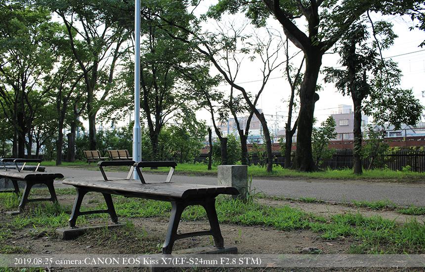 梅小路公園、JR線路沿いのベンチ