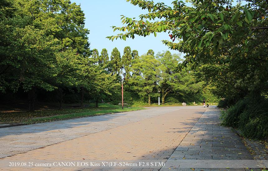梅小路公園、中央広場から七条広場への道